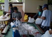 Die Techniker des philippinischen Büros verpacken Lebensmittel