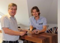Ing. Huber (Siemens VAI) und Ing. Mayrhofer (TBS Schatz) mit den hot briquetting iron pellets (HBI)