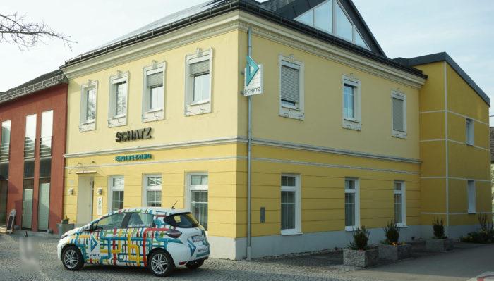 der neue Renault Zoe mit Firma im Hintergrund